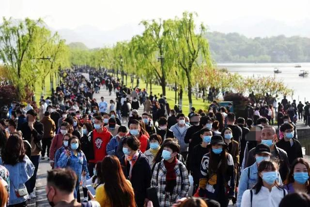 6万人涌进西湖景区收费公园!断桥、白堤又成这样了!今天要出门玩赶紧看