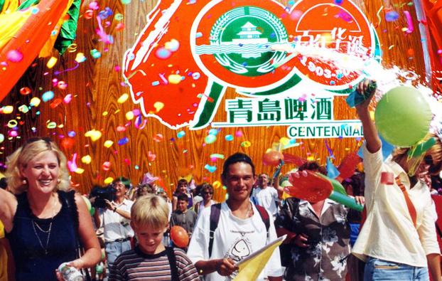 激情八月,青岛与世界干杯!第26届青岛国际啤酒节将于8月13日在崂山区世纪广场啤酒城开幕。按照惯例,届时市政府主要领导将与驻华使节、友好城市和岛城市民代表共同开启第一桶啤酒,迎来一年一度16天的啤酒狂欢盛宴。